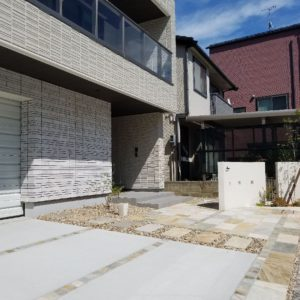 天然石の方形を組み合わせたオープン外構