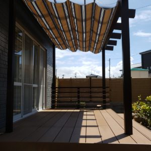 夏の日差しをやわらげるナチュラルライクなテラス屋根