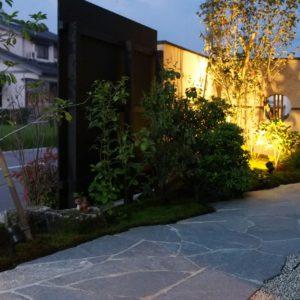 庭園灯を合わせた和モダンの庭