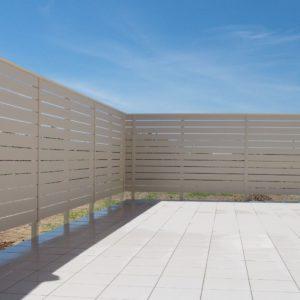 青い空と真っ白なフェンスのコントラスト