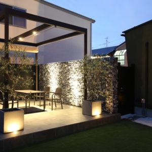 石積が存在感ある上質な外構、昼夜を問わずに過ごせる庭