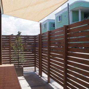 木目調こだわり板の目隠しフェンスと日除けシェード