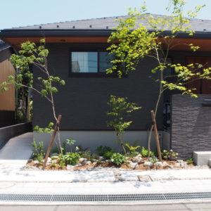 街並みに溶け込む、雑木を組み合わせた外構デザイン