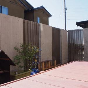 Jモダンと現場打ちコンクリートの目隠し塀にリノベーション