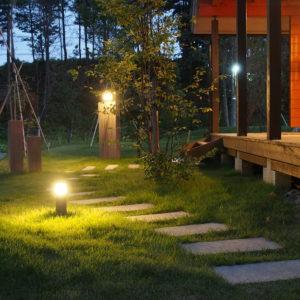 ログハウスと庭を優しく照らす照明