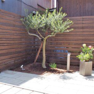 板幅の違う板材を組み合わせたフェンスとグレー色が素敵なウッドデッキ
