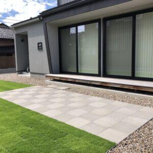 平板テラスと芝生